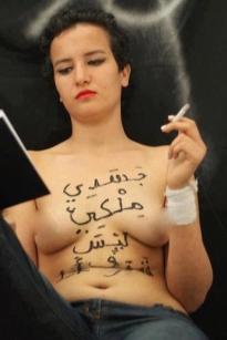 """""""Amina, no morirá a pedradas. Ha sido condenada por las leyes patriarcales. No morirá. Será asesinada por lapidación. No es por mostrar senos en una red social. Es por desafiar el orden hegemónico machista y escribir sobre su torso, en árabe """"mi cuerpo es mío y de nadie más"""". No es por mostrar un desnudo, es por atacar la moral establecida. No es por ser una exibicionista, es por hacer política a través de su cuerpo. No es por libertina, es por enunciar que es soberana de sí. No es por abierta, es por rebelde, es por romper con lo normativo. Salirse de la moral que constriñe nuestros cuerpos y nuestras sexualidades como mujeres en este caso. Hoy, como siempre, Mi cuerpo es un campo de batalla. Hoy, más que nunca #YoSoyAmina"""""""